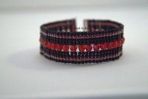 czerwono-czarna bransoletka na krośnie
